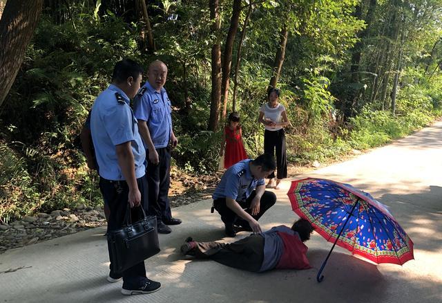 江西兴国均村派出所:七旬老人路边晕倒 民警紧急救助